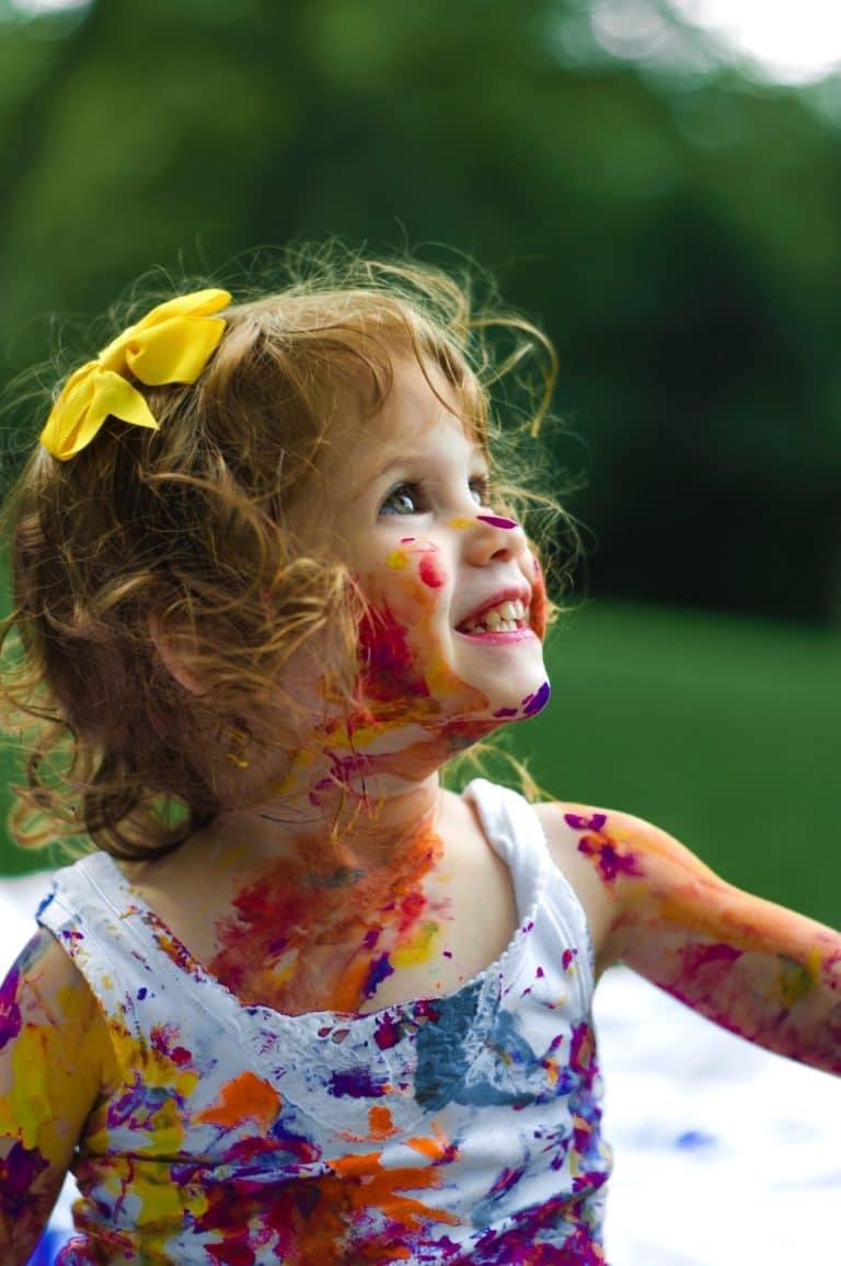 Enfant heureux avec peinture